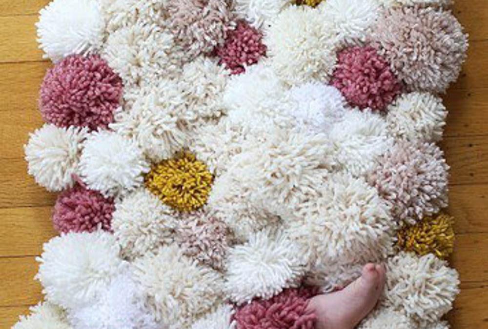 Chlupatý a měkký koberec z pomponů