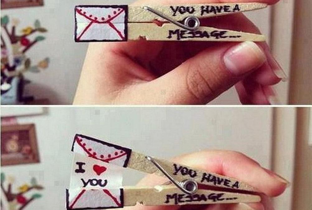 Malý romantický dopis připravený pomocí kolíčků na prádlo.