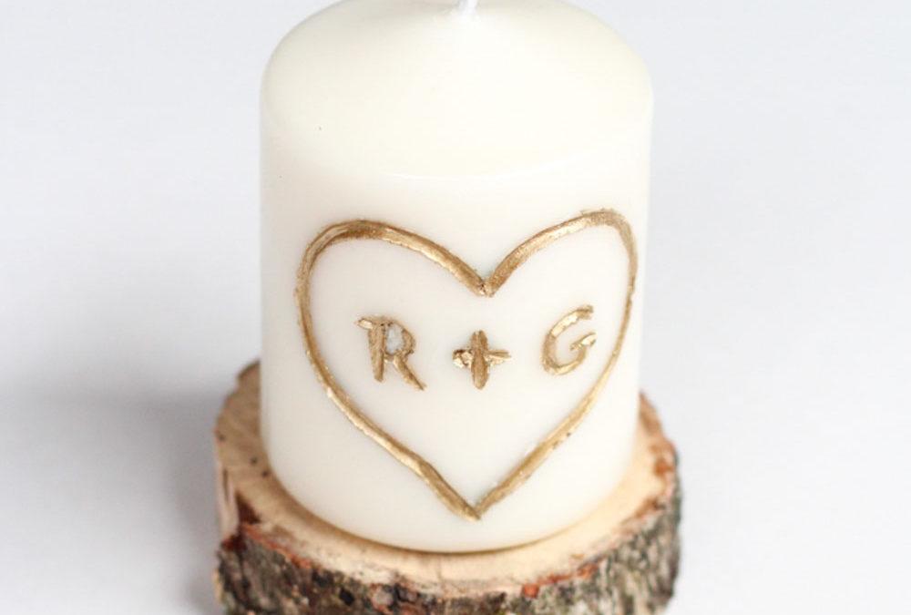 Svíčka s iniciálami – jedinečné řešení pro romantickou večeři